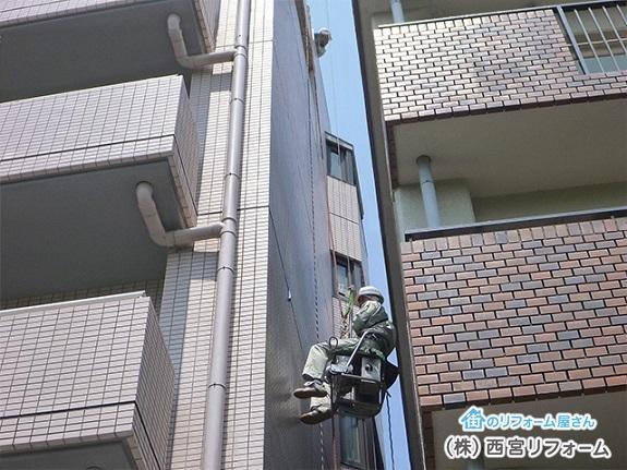 屋上部分からワイヤーでぶら下げ2人1組で作業