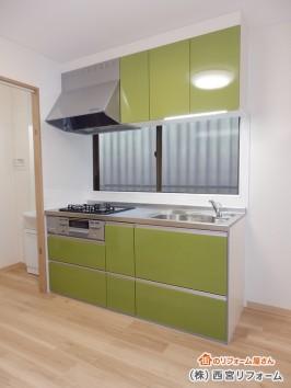 オリーブグリーンのシステムキッチン