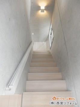 白色の木目柄を基調とした階段