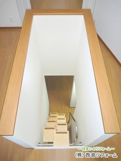 地下と1階をリンクする互い違い階段の新設