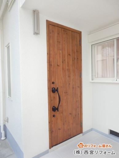 木目柄がレトロな玄関ドアへ