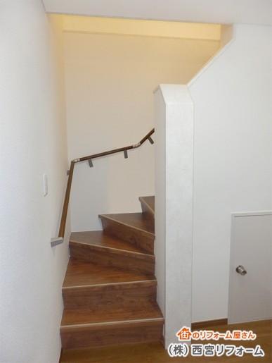 ウォールナット色の木製階段へ