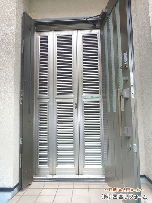 玄関ルーバー網戸の設置