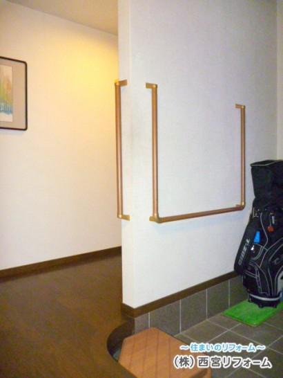 玄関の段差部分に、踏み台と手すりの設置
