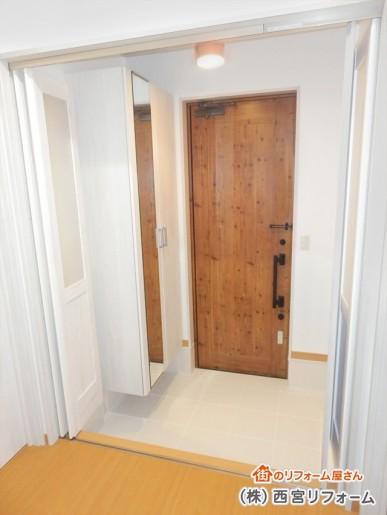 レトロな玄関ドア ホワイト色の玄関収納