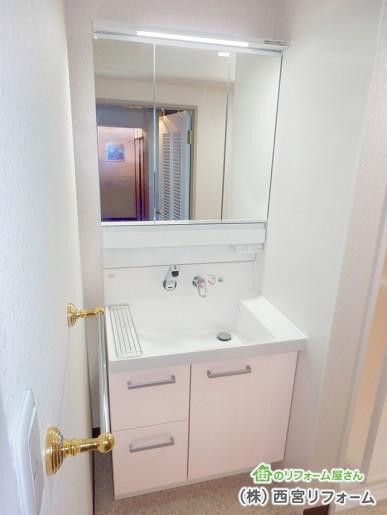 三面鏡とLED照明の洗面化粧台へ