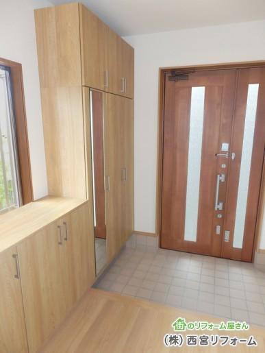 シンプルモダンな玄関ドア、玄関収納へ