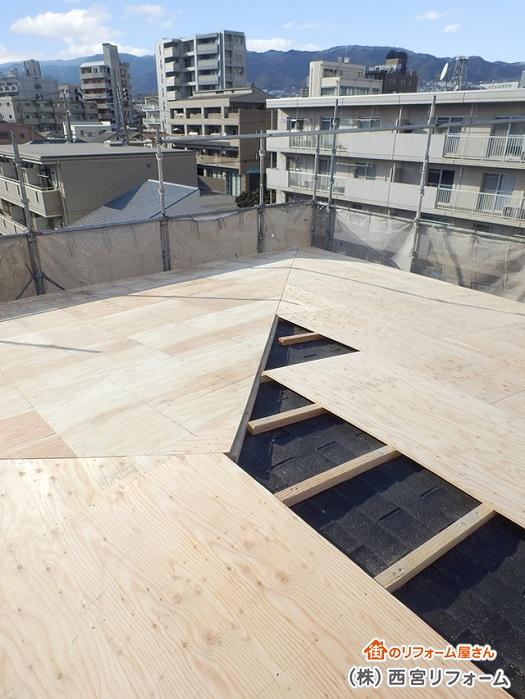 大屋根のカバー工法の施工中