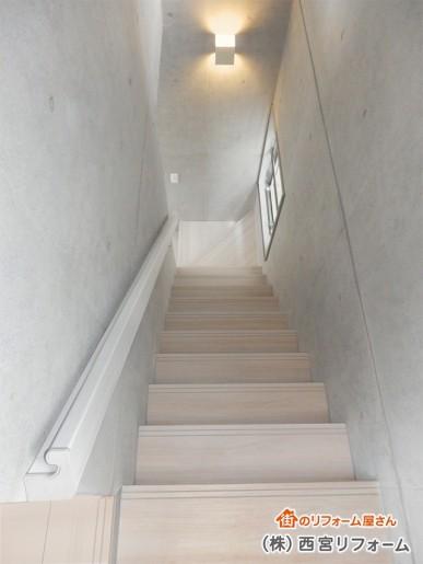 白色の木目柄を基調とした階段へ