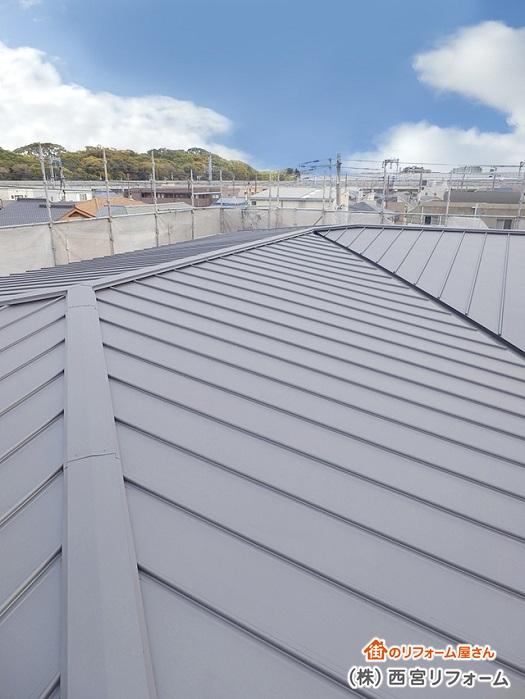 ガルバリウム鋼板の竪ハゼ葺きを施工