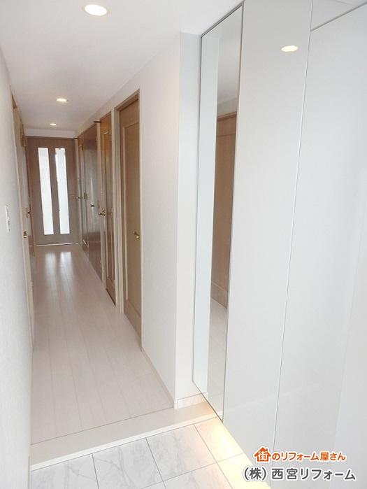 玄関収納の扉の一面に姿見の鏡を設置