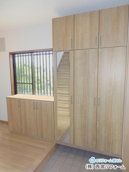 玄関収納の扉に姿見の鏡を設置