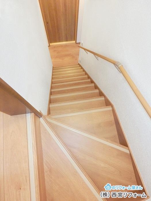 明るい階段へ 連続した手摺りを設置