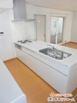 キッチンとカップボードの間に床暖房