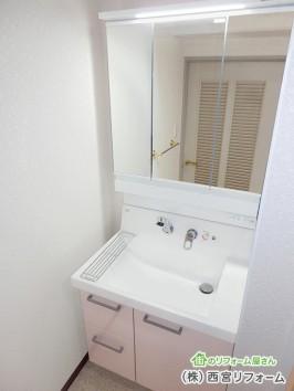 三面鏡とLED照明の洗面化粧台