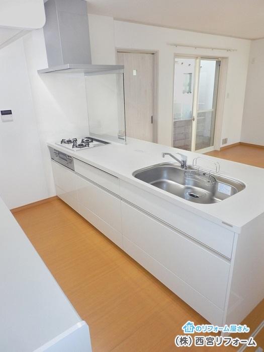 キッチンとカップボードの間に床暖房の設置