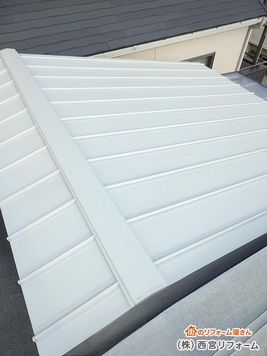 屋根のカバー工法 縦ハゼ葺きを施工