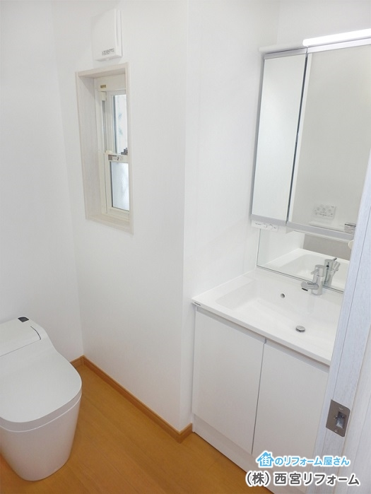 トイレ内に薄型洗面化粧台の設置