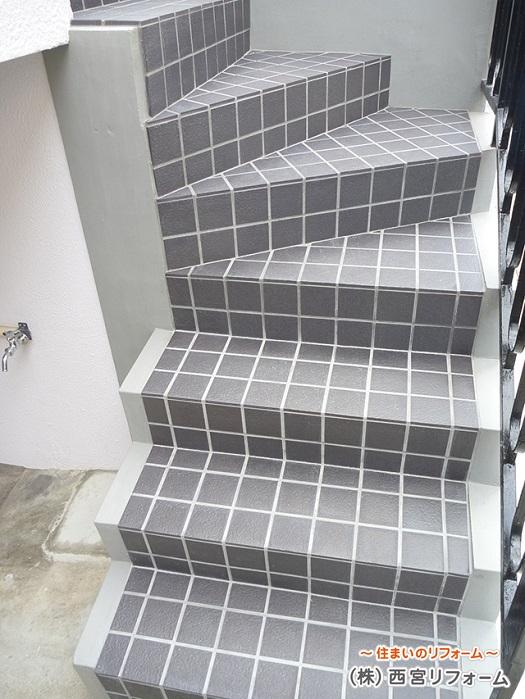 外構の階段部分のタイル貼り