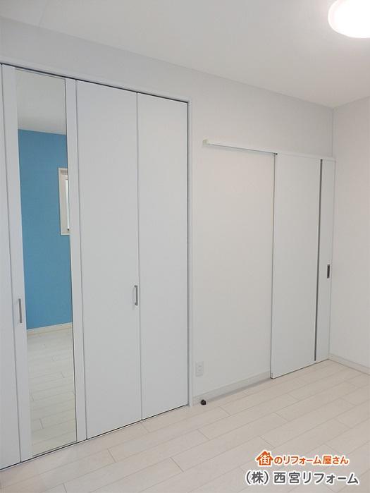 折れ戸のミラー付き扉の設置